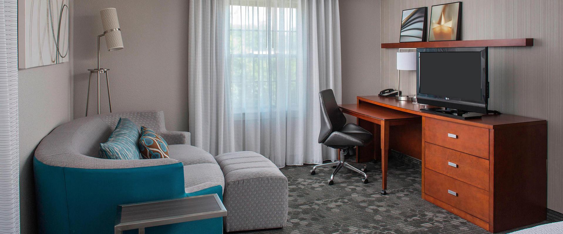 Junio King Suite Living Area