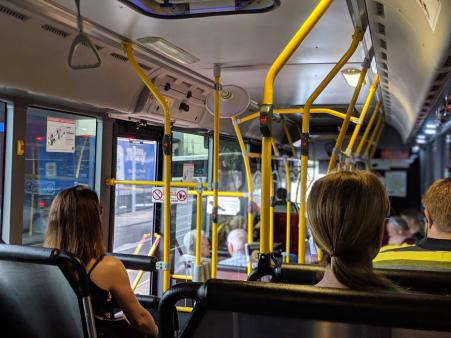 Junge und alte Personen im Bus