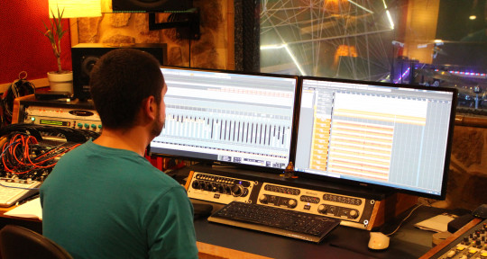 Recording, mixing engineer - Raúl Navarro