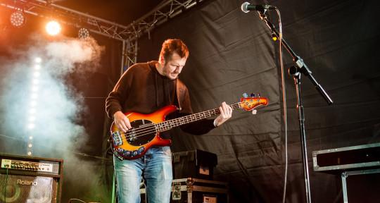 Bass guitartist - Laszlo Somogyi
