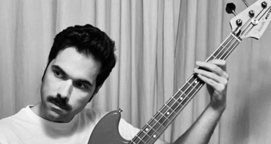 Bass player, songwriter. - David Quinzán