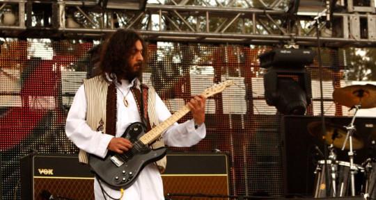 E-bow guitar player - Carlos Bolivar