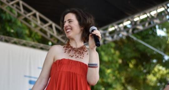 Multilingual singer, writer - Tânia Grinberg