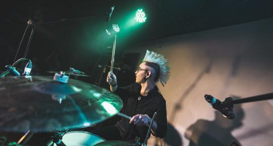 Hybrid drummer, producer - Amélie G.