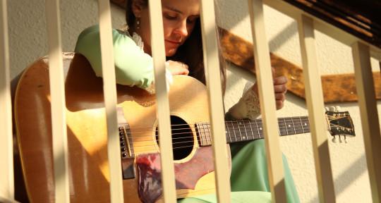 Folksinger - mandola - guitar - Britt Arnesen