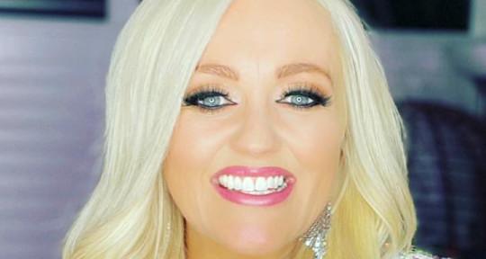 Professional & creative singer - Laura Mac