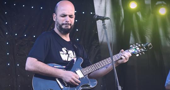 Guitarist, arranger, producer - Leandro Chernicharo