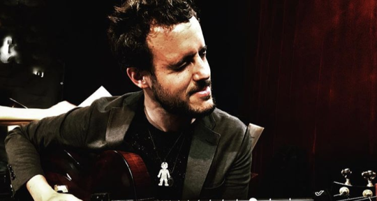 Play guitar - Gilad Hekselamn