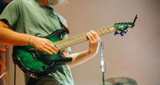 Guitar player - Max Bodner
