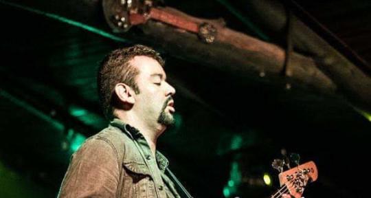 Baixista, guitarrista base - Marcel Tiné
