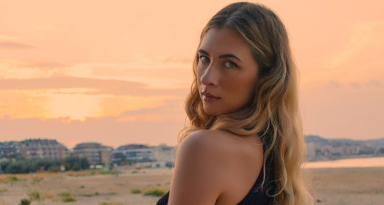 Professional Singer Songwriter - Zaira