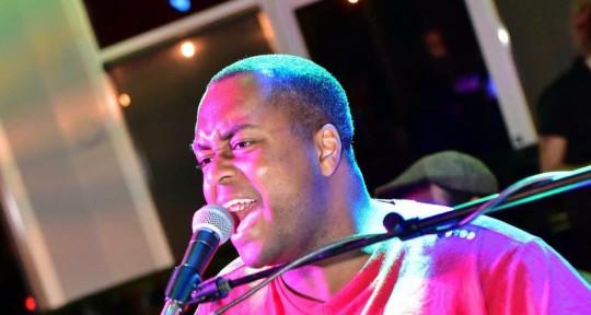Singing playing keys - Leon Novembre