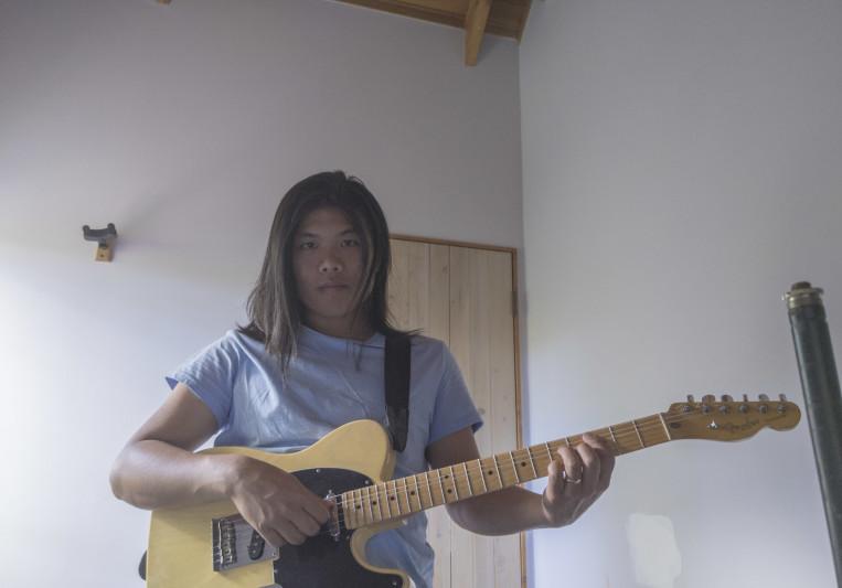 Alvyn Plays Guitar on SoundBetter