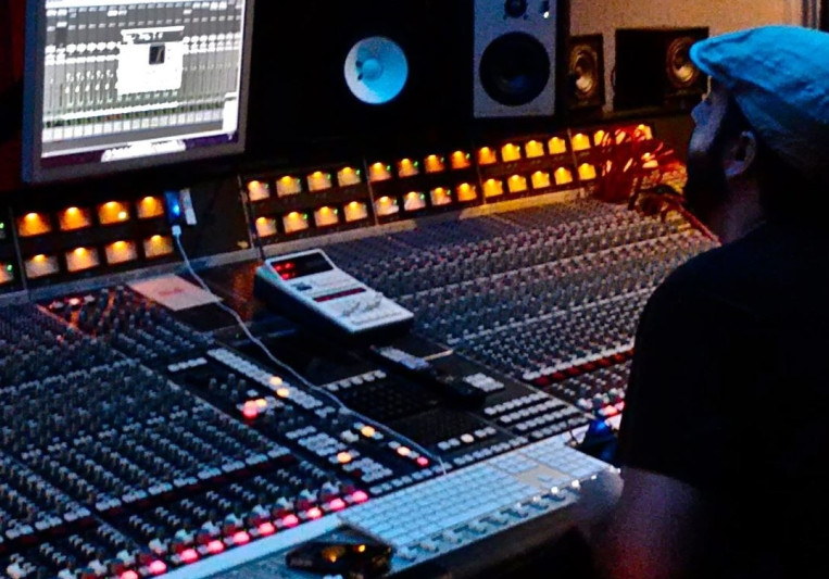 Damien Lewis on SoundBetter