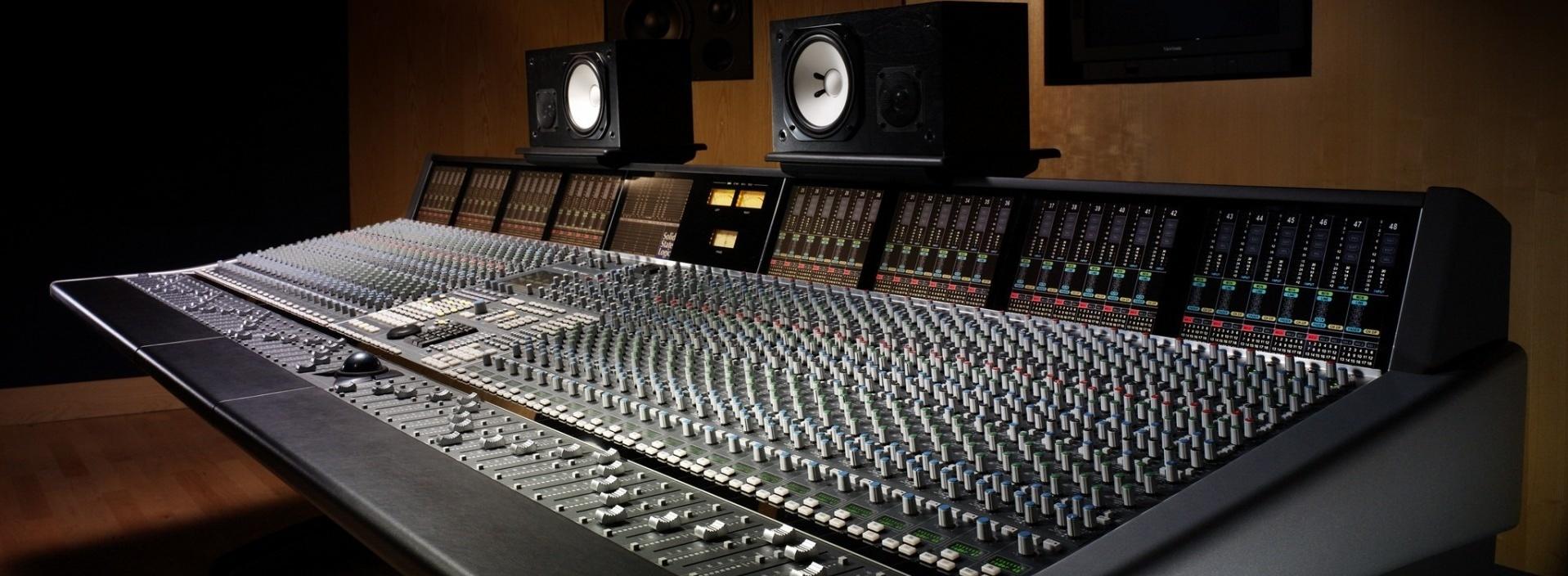 Studio-mixer-regulators-speakers