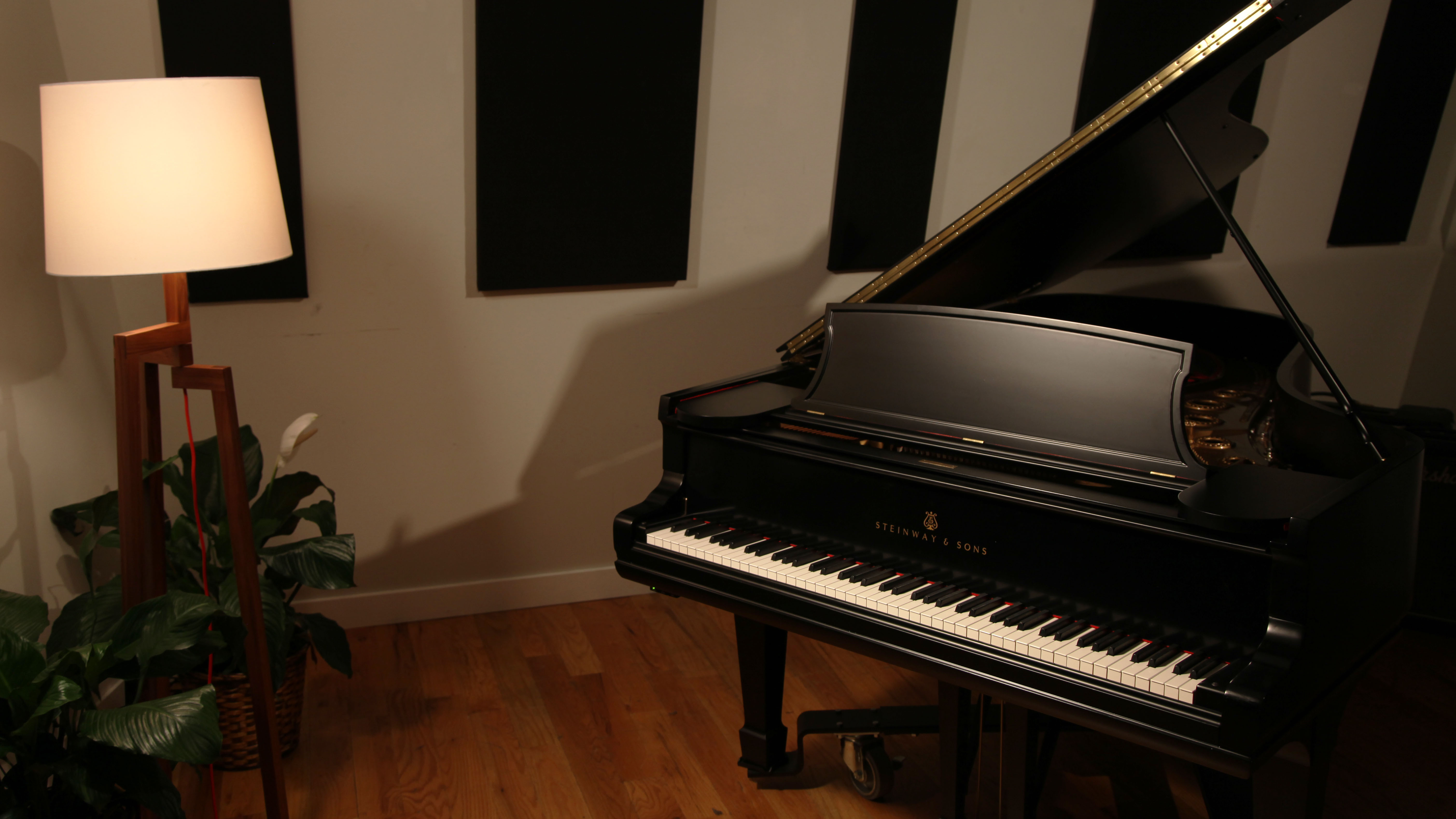 Studio_piano_wide