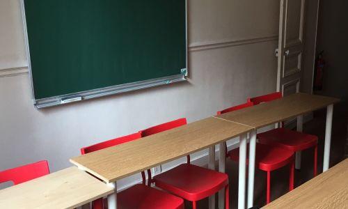 Petite salle de classe pour 12 élèves avec tableau