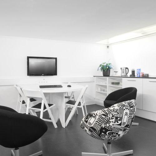 Salle de réunion avec salon et cuisine