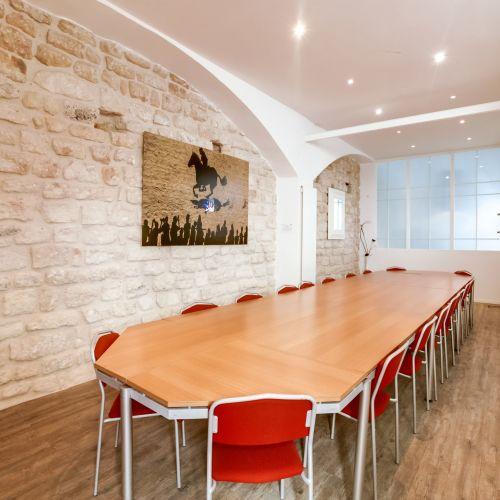 Belle salle de réunion d'une capacité de 22 personnes