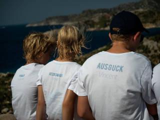 Segelcrew mit personalisierten T-Shirts
