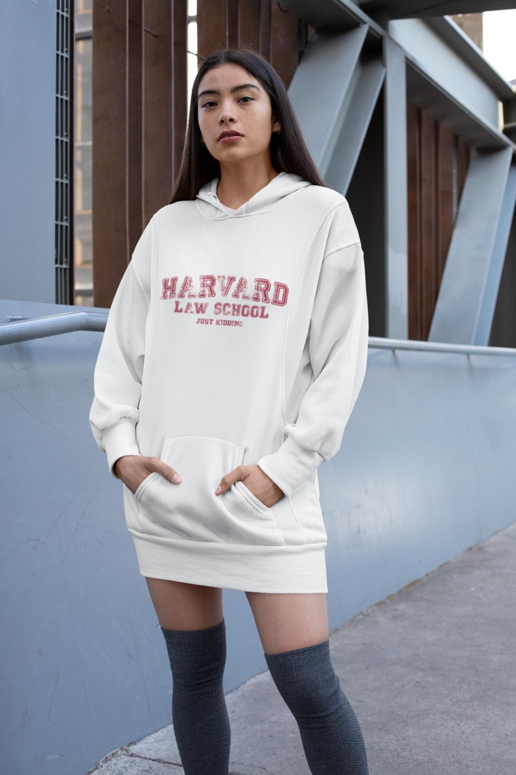 Frau im Harvard Hoodie