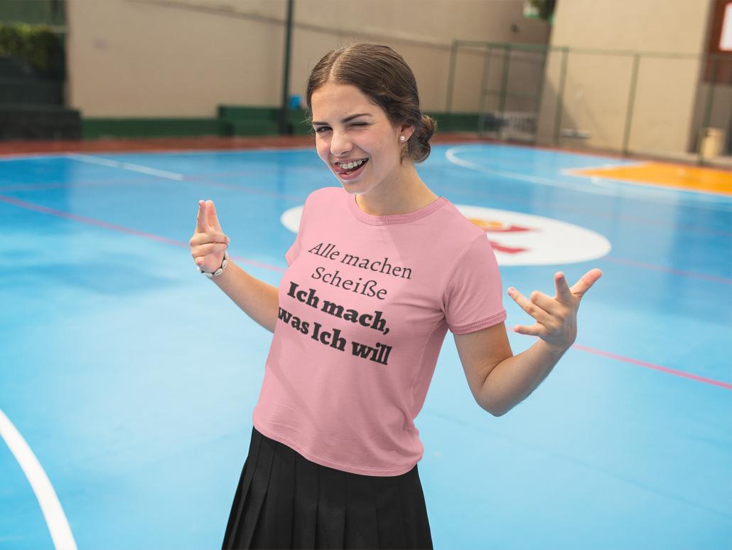 Teenager Mädchen mit Zahlspange und coolem T-Shirt