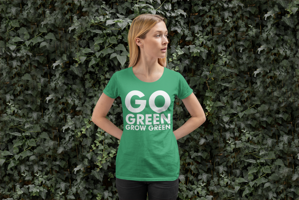 Frau trägt ein grünes T-Shirt mit individuellem Schriftdesign