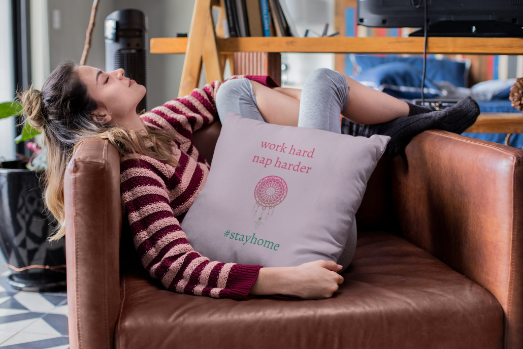 Frau mit Kissen im Arm lungert im Sessel rum.