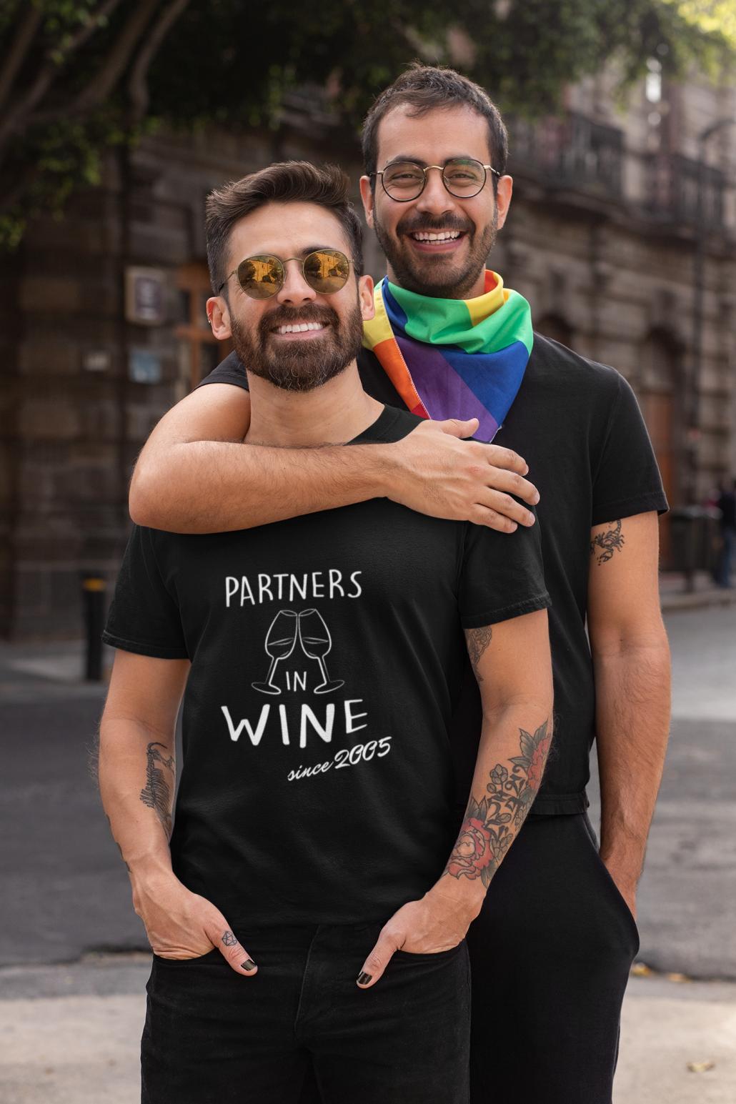 Zwei Männer mit personalisierten T-Shirt