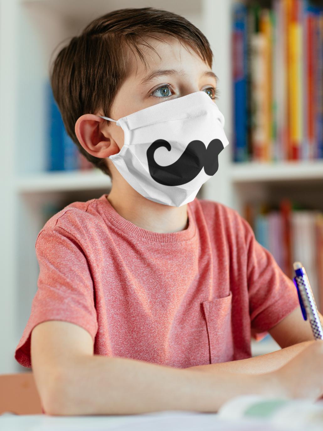Schulkind mit selbstgestalteter Gesichtsmaske