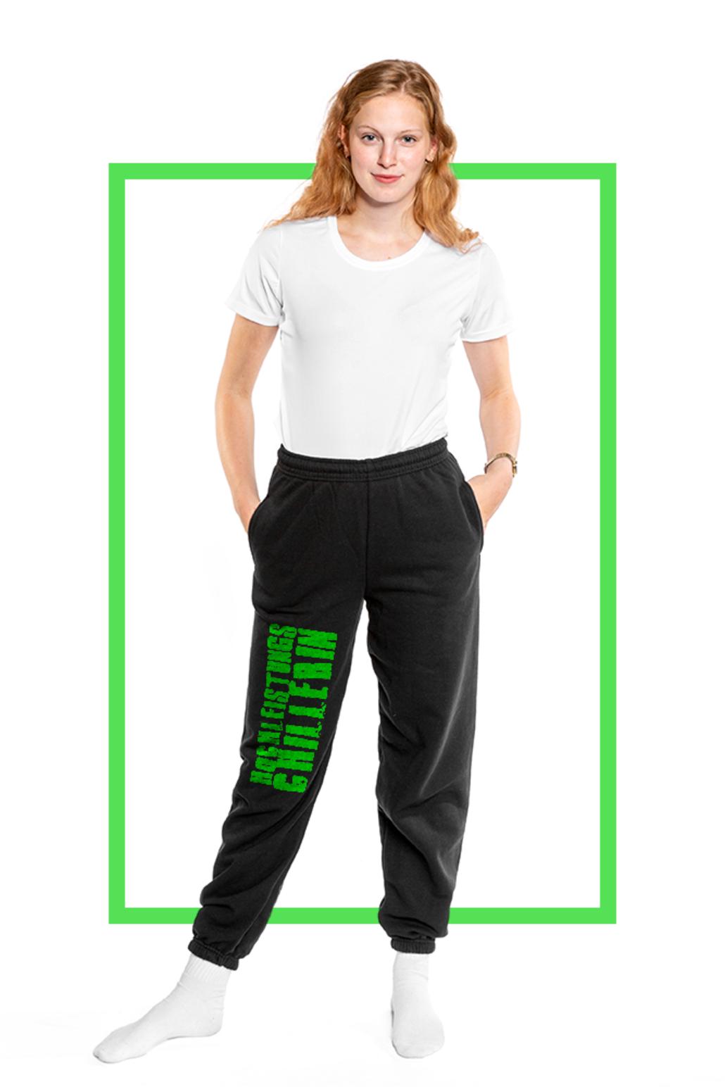 Frau mit selbst gestalteter Jogginghose