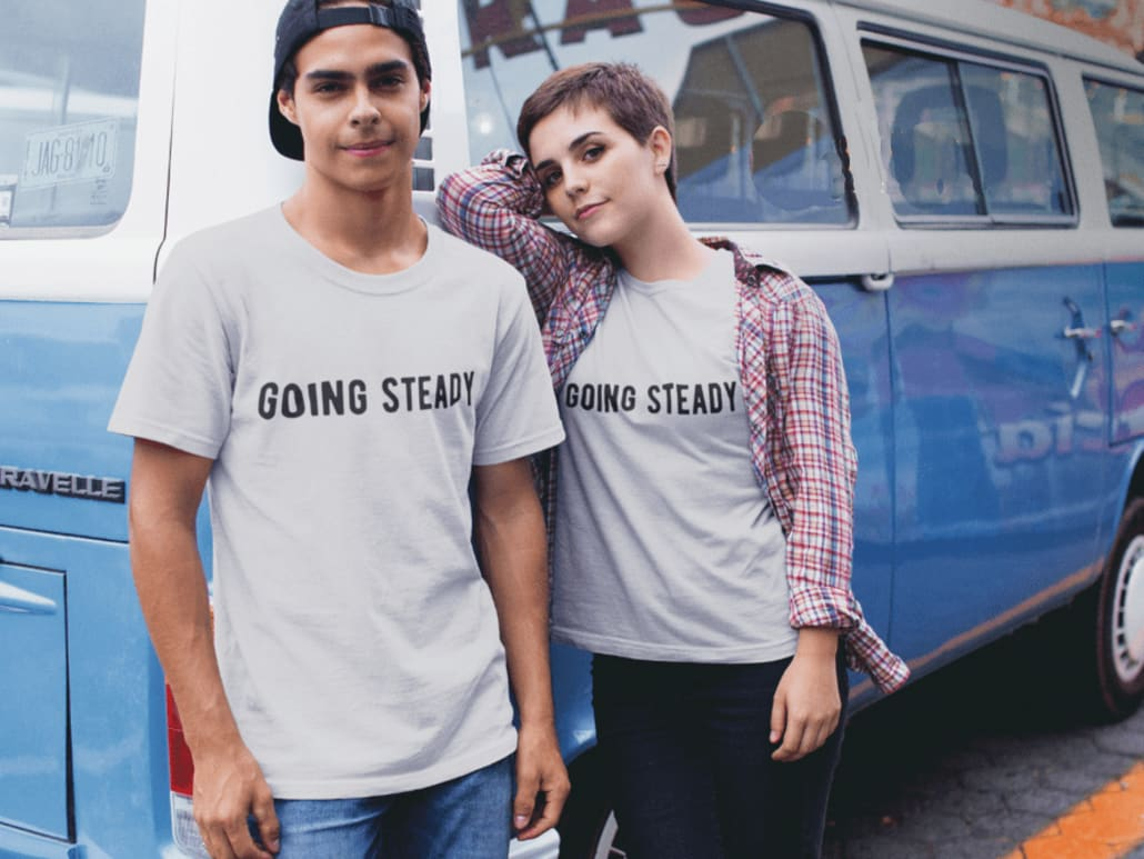 Mann und Frau in grauem gleichem T-Shirt