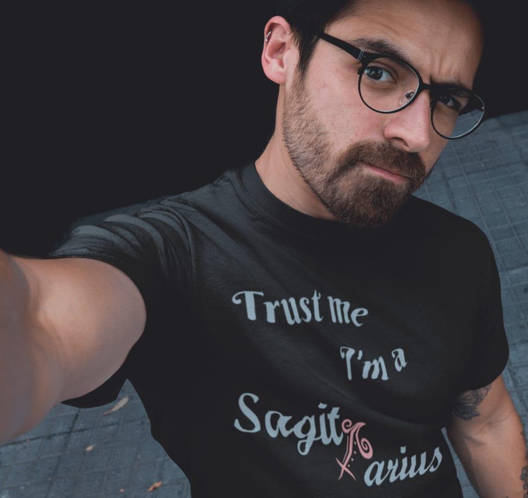#Mann mit selbstgestaltetem Horoskop T-Shirt