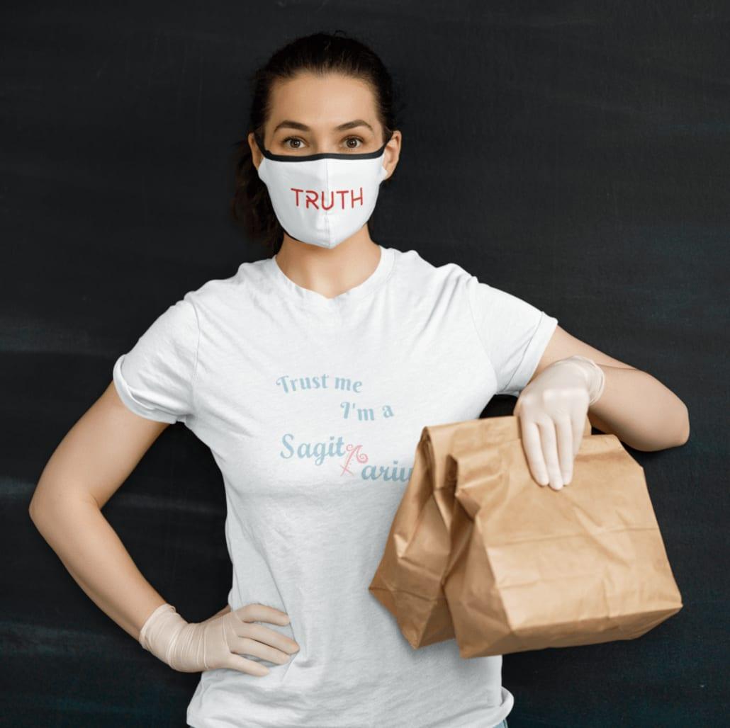 #Frau mit personalisiertem Mundschutz