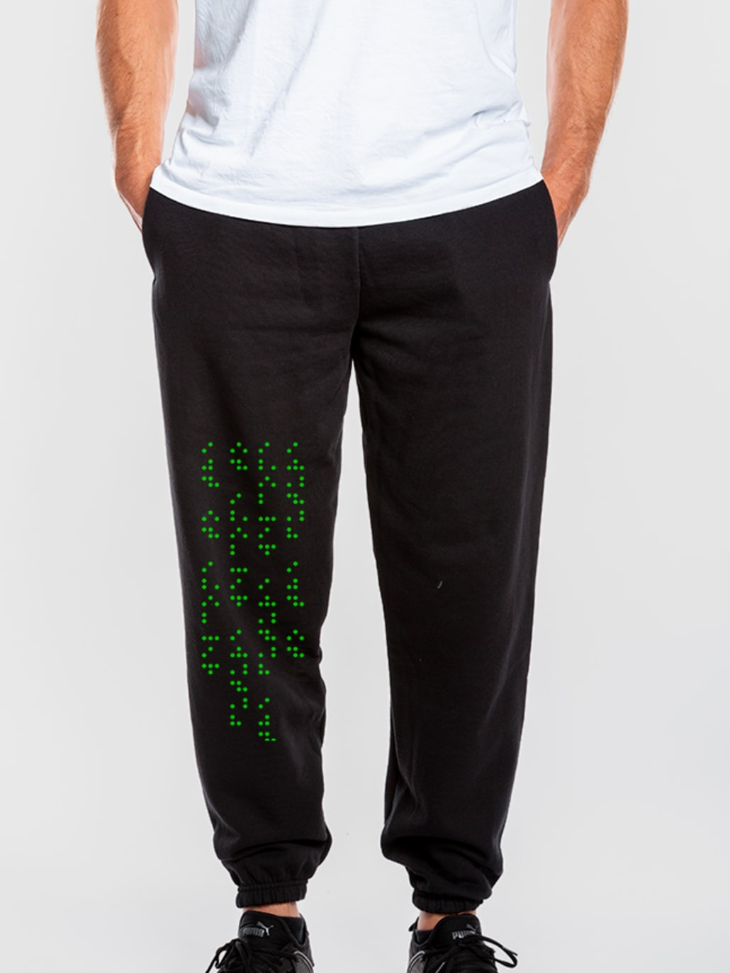 Selbst gestaltete Jogginghose mit Blindenschrift