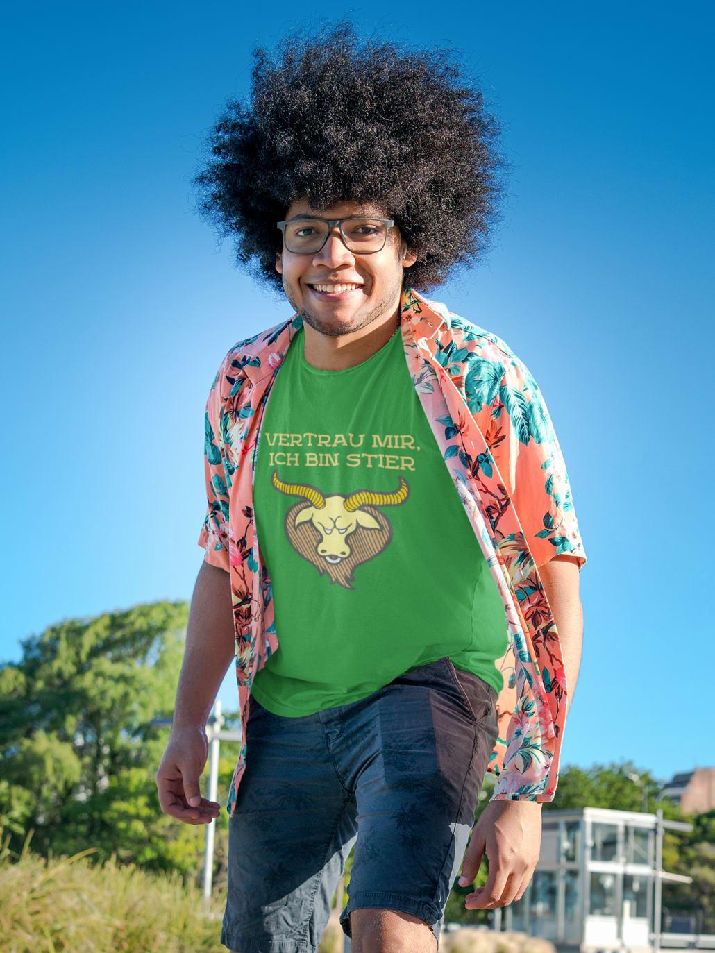 glücklicher Mann in grünem T-Shirt in einem Park