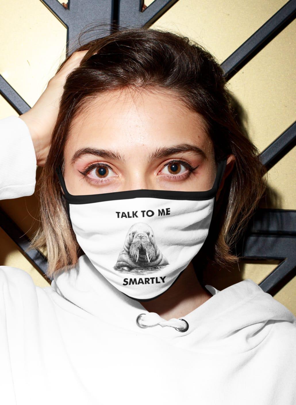 junge Frau mit weißer Gesichtsmaske
