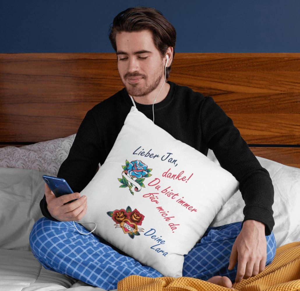 #Mann mit selbstgestaltetem Kissen für Horoskop Schütze