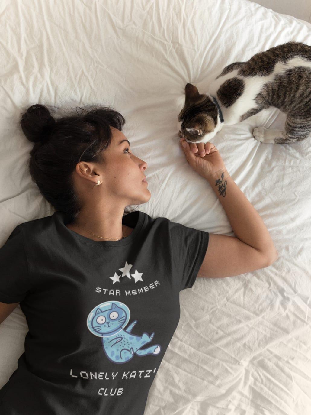 Frau mit Katze und selbstgestaltetem T-Shirt