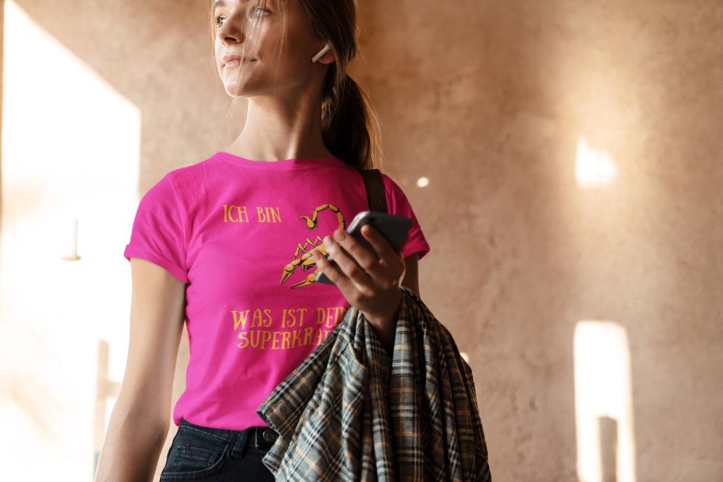 Frau_mit-selbstgestaltetem_Astrologie_T-Shirt_Skorpion_