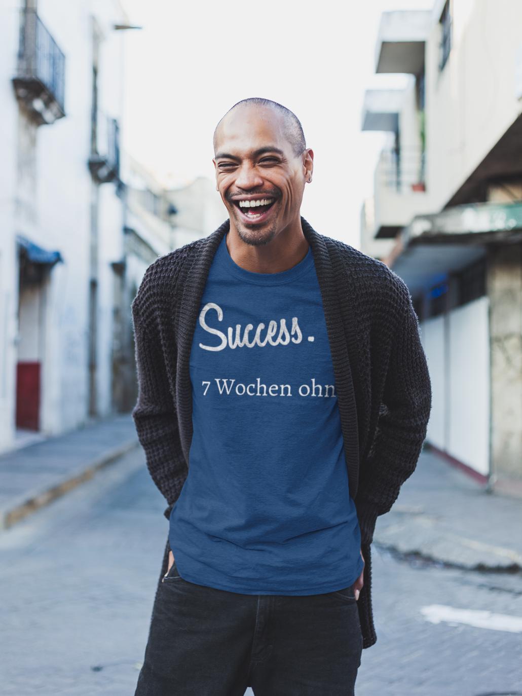 Lachender_Mann_mit_T-Shirt_Erfolg