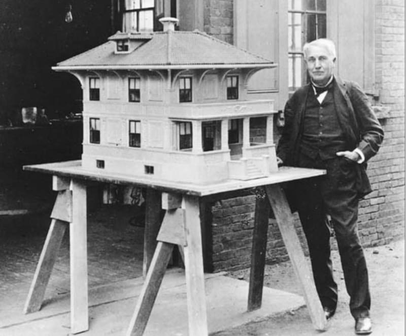 Thomas Edison with a model of his concrete house: Wikipedia, public domain