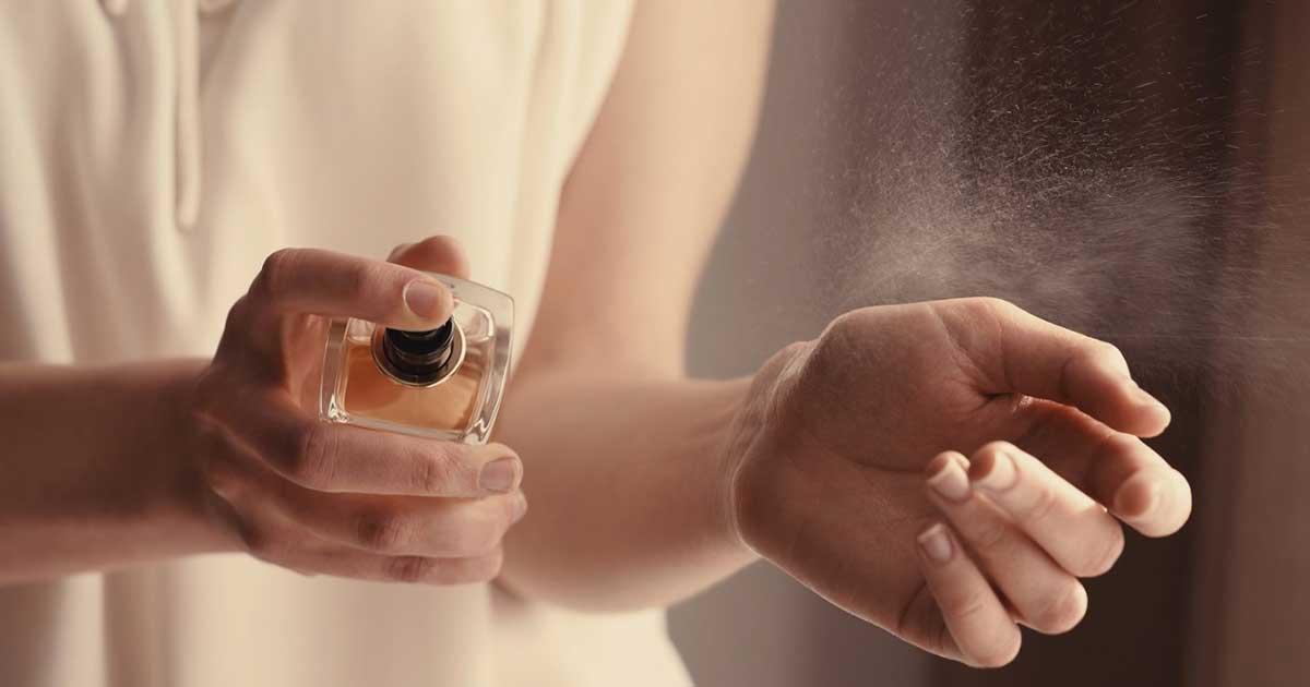 Menggunakan parfum yang menggoda