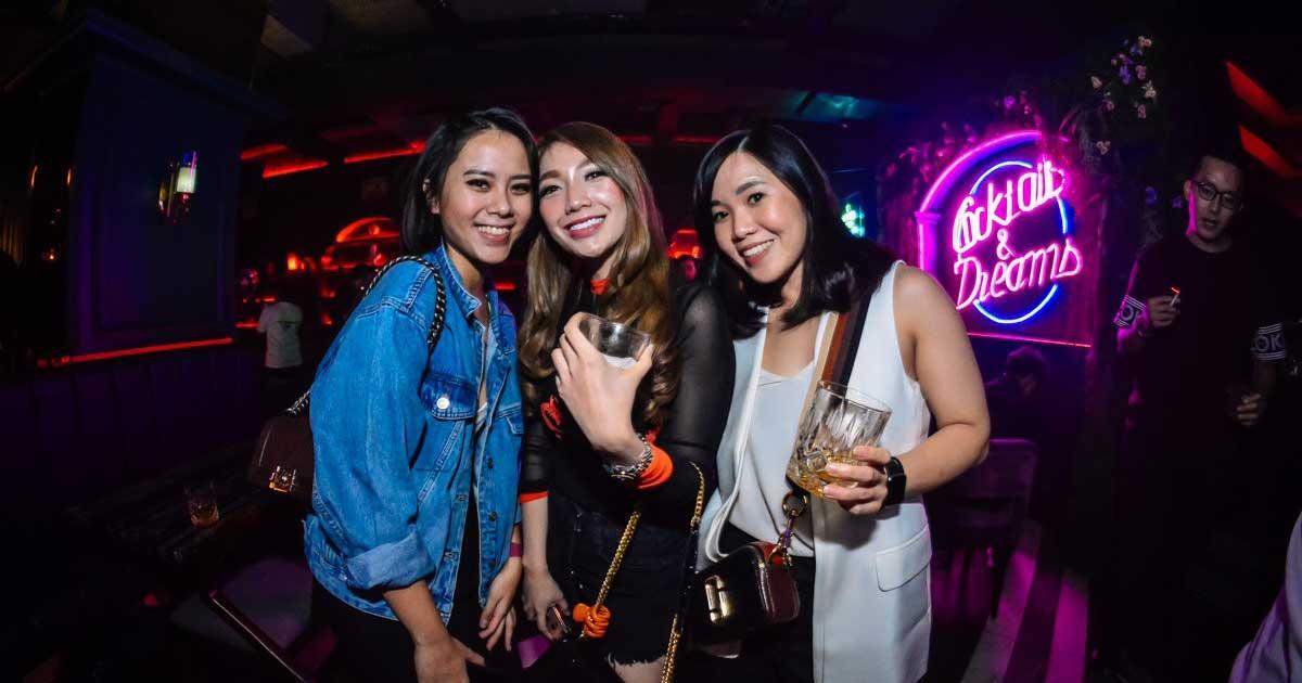 Wanita sexy sedang dugem di klub malam 3