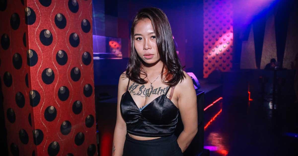 Wanita sexy sedang dugem di klub malam 5