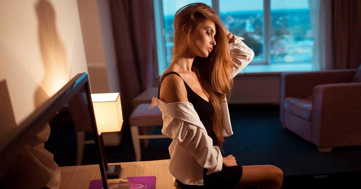 Cewek sexy sedang duduk di hotel