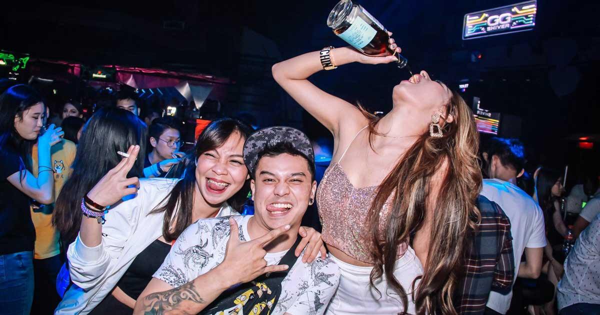 Wanita seksi sedang minum alkohol