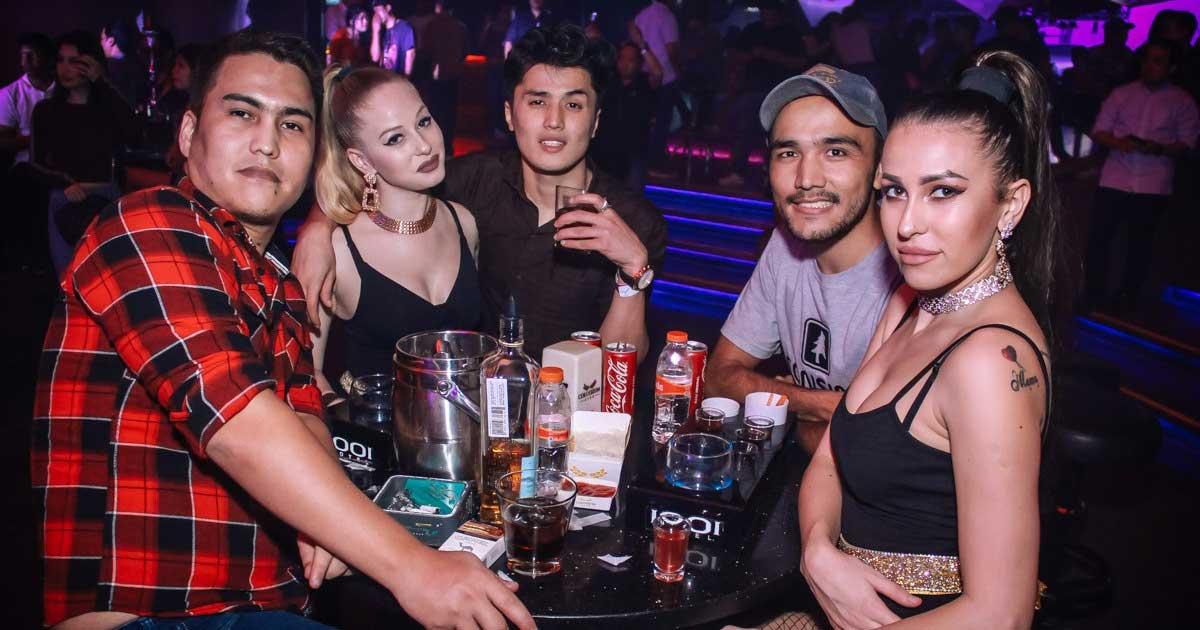 Wanita sexy dengan pria di klub malam