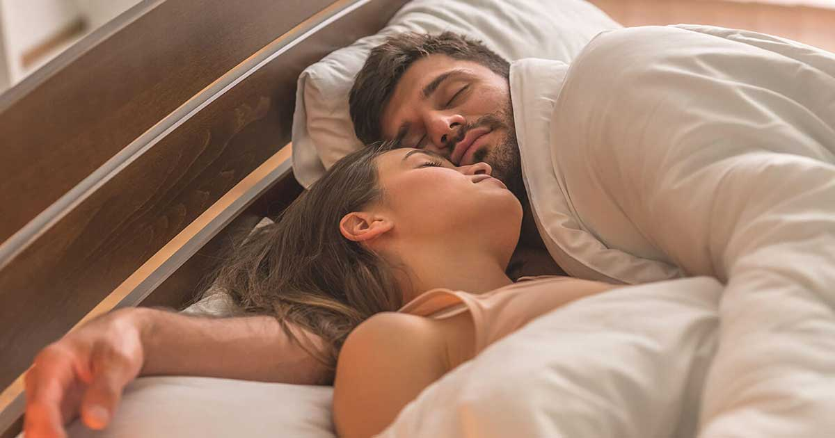 Manfaat tidur bersama pasangan sambil berpelukan