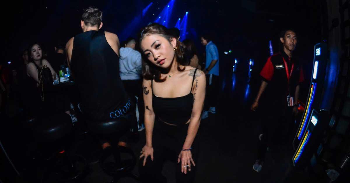 Seorang Gadis terkena COVID-19 saat berpesta di bar